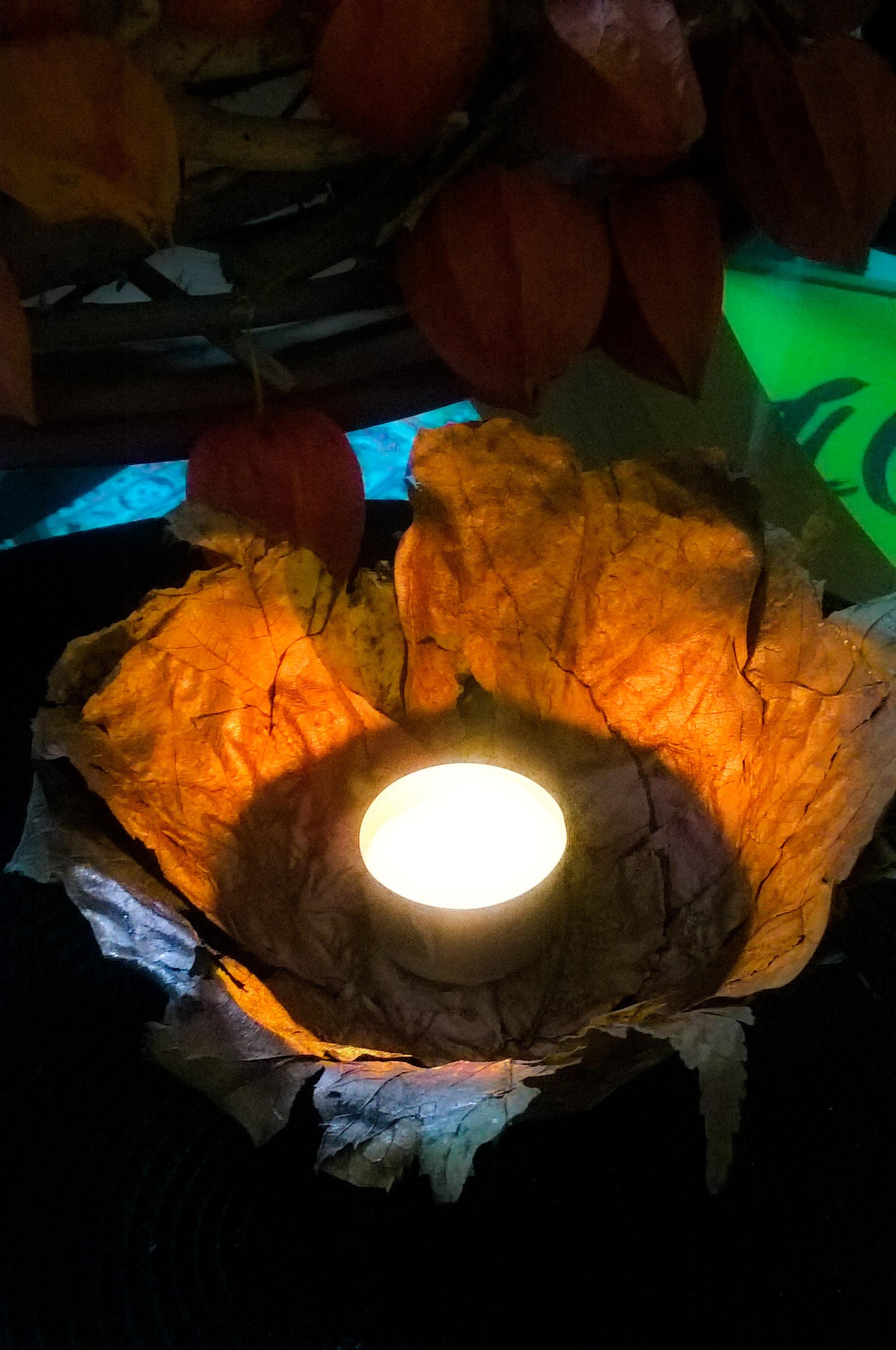 Windlichte, getrocknete Blätter einfach mit Kleister über eine Schüssel formen.