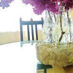 leere Flaschen in Beton werden zur Vase